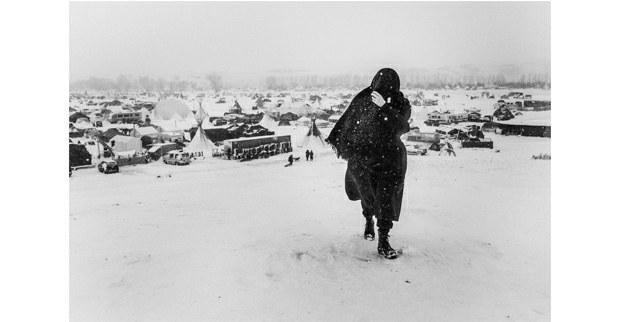 Mujer camina en la nieve durante una ventisca. Cannon Ball, Dakota del Norte, noviembre, 2016. Foto: Josué Rivas