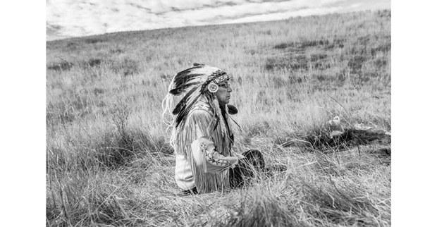 El jefe Arvol Looking Horse durante una plegaria cerca del Oleaducto Dakota Access. Foto: Josué Rivas