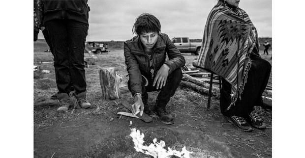 Un joven quema tabaco. Fort Yates, Dakota del Norte, septiembre, 2017. Foto: Josué Rivas