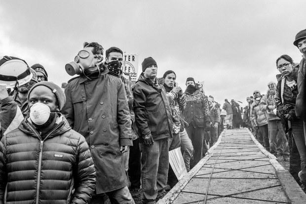 La gente rodea un puente hecho a mano. Cannon Ball, Dakota del norte, noviembre, 2016. Foto: Josué Rivas