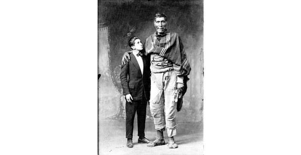Víctor Mendívil y el gigante de Paruro, Perú, 1929. Foto: Martín Chambi