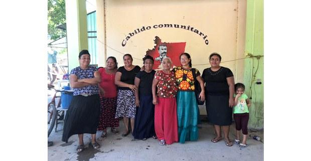 Bettina Cruz, tercera de derecha a izquierda, con mujeres istmeñas en lucha. Foto: Gloria Muñoz Ramírez