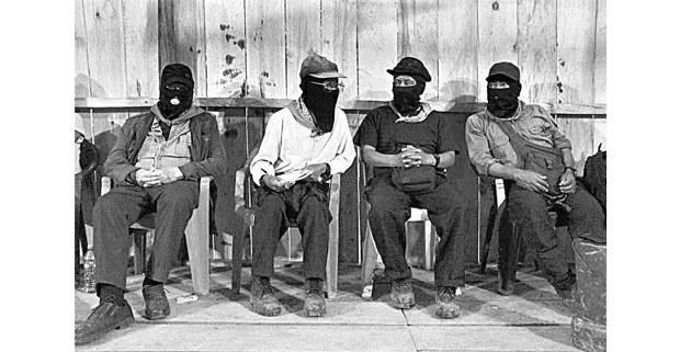 Miembros del CCRI-CG del EZLN: segundo de derecha a izquierda, comandante Zebedeo. Extremo izquierdo, comandante Contreras (Pablo González Casanova). Guadalupe Tepeyac, Chiapas, diciembre de 2018. Foto: Carlos Ayala