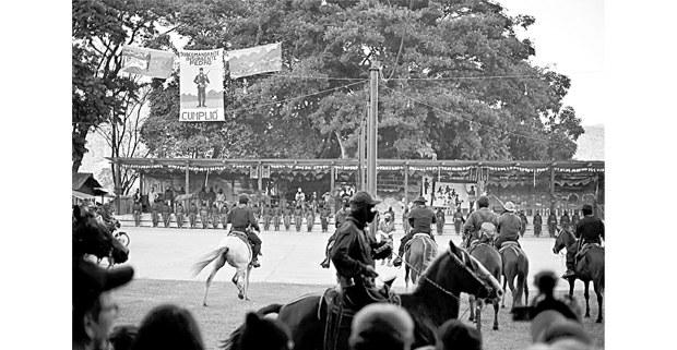 El subcomandante Moisés encabeza la columna montada del EZLN. Al fondo, el subcomandante Galeano. Foto: Cristian Rodríguez Pinto (Chiapas Paralelo)