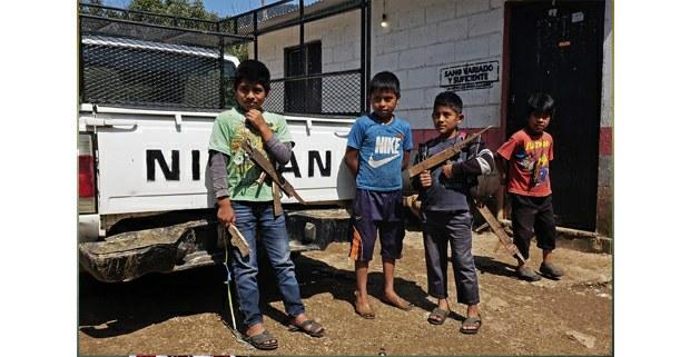 Niños de Aldama fabrican armas de madera para jugar a la guerra
