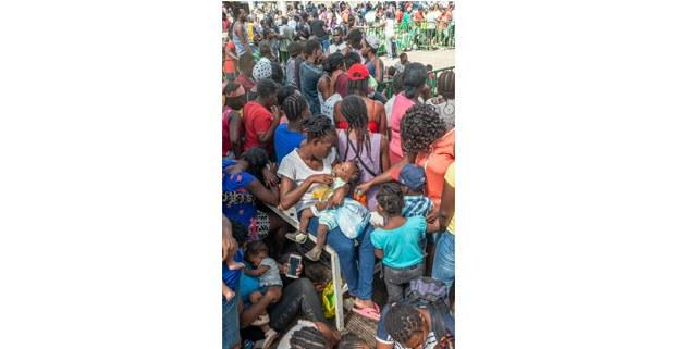 Migrantes de Haití, Camerún, Congo, Bangladesh y otros países esperan obtener papeles en el exterior de la Estación Migratoria Siglo XXI, Tapachula, Chiapas, 2019. Foto: Keith Dannenmiller