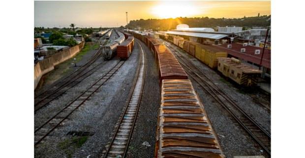 Vía del tren en Coatzacoalcos, Veracruz. Foto: Maya Goded