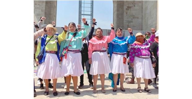 Mujeres otomíes en la marcha #8M, Ciudad de México, 2020. Foto: Gloria Muñoz Ramírez