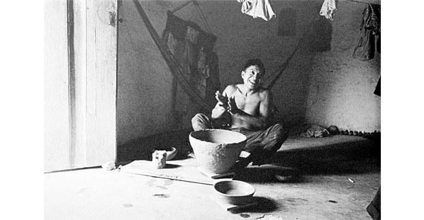 Fernando Uicab Pech, alfarero. Ticul, Yucatán, 1971. Foto: Macduff Everton, The Modern Maya, University of Texas Press, 2012