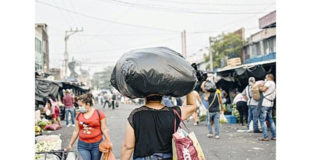 Flor Núñez, de 40 años. Vendedora ambulante en el mercado central, San Salvador. Foto: Émerson Flores
