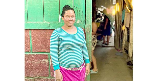 Norma Valentina Calero, de 20 años, vende en el Mercado Oriental en Managua, uno de los más grandes comercios de Nicaragua, donde el gobierno ha sido cuestionado por no tomar medidas para evitar el contagio del virus. Foto: Houston Castillo