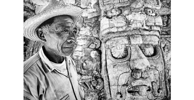 Guardia maya frente a la máscara en estuco del dios solar. Kohunlich, Quintana Roo, 1974. Foto: Macduff Everton, The Modern Maya, University of Texas Press, 2012