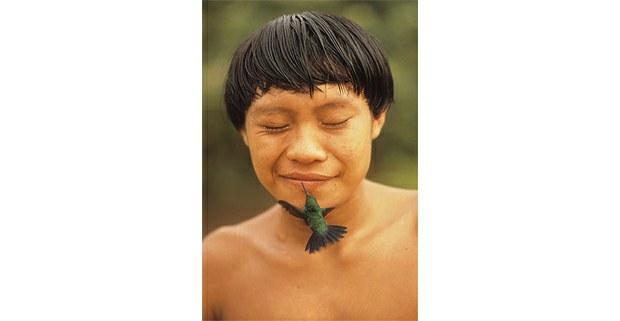 Joven yanomami con un colibrí, aldea Demini, Roraima, Brasil, 1991. Foto: Rosa Gauditano.