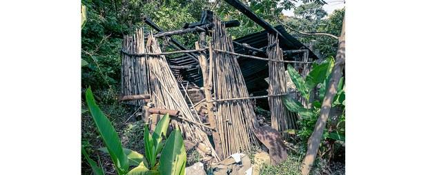 Vivienda destruida por los paramilitares de Santa Martha en una comunidad de Aldama, Chiapas, 2020. Foto: Luis Enrique Aguilar