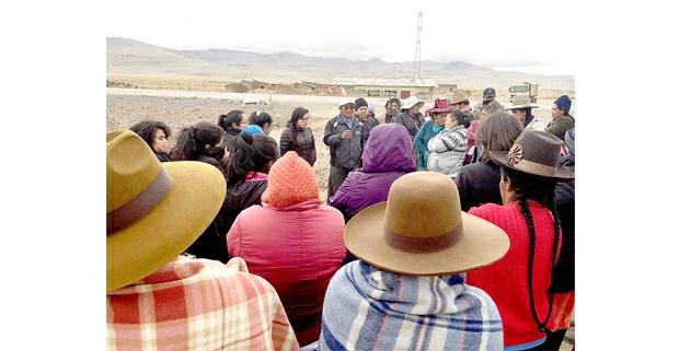 Defensoras ambientales escuchan afectados por la mina. Foto: Cortesía de Agustina Daguerre García