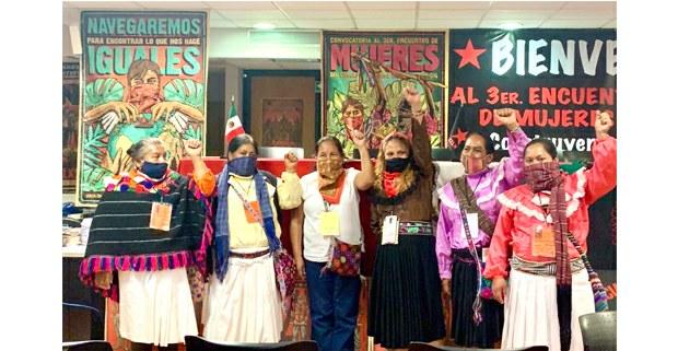 Durante el Tercer Encuentro Nacional de Mujeres del CNI, María de Jesús Patricio, (Marichuy), y representantes otomíes en las instalaciones tomadas del INPI. 8 de marzo, 2021. Foto: Gloria Muñoz Ramírez