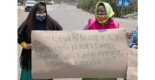 """Mujeres de Mogótavo, Chihuahua. En la pancarta se lee: """"El territorio es como nuestra madre, es nuestra alma, y es nuestra historia, es nuestra tierra"""". Foto: Óscar Rosales"""