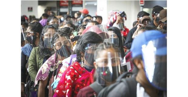 Más de 150 zapatistas en su salida a Viena, Austria, en el aeropuerto de la Ciudad de México. Foto: Francisco Lion