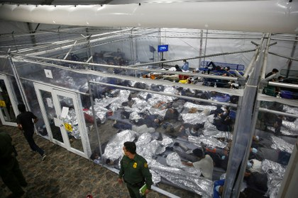 AP encierro migrantes.jpg