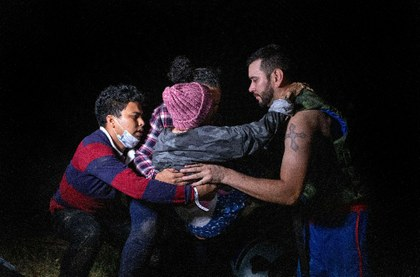 AFP familias cruzando frontera.jpeg